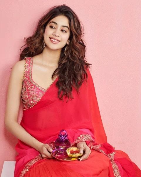 Sridevi's sweetheart creates havoc in sari Janhvi Kapoor, looks of moonlight
